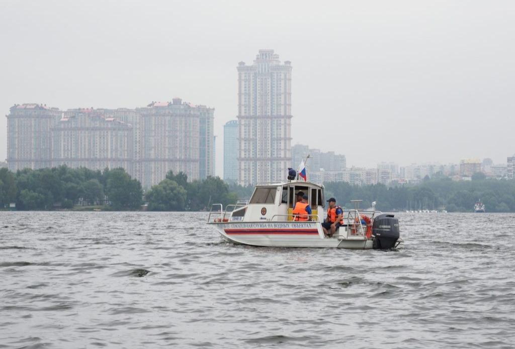 Сотрудники ПСС «Кировская» спасли тонувших в Москве-реке мужчин