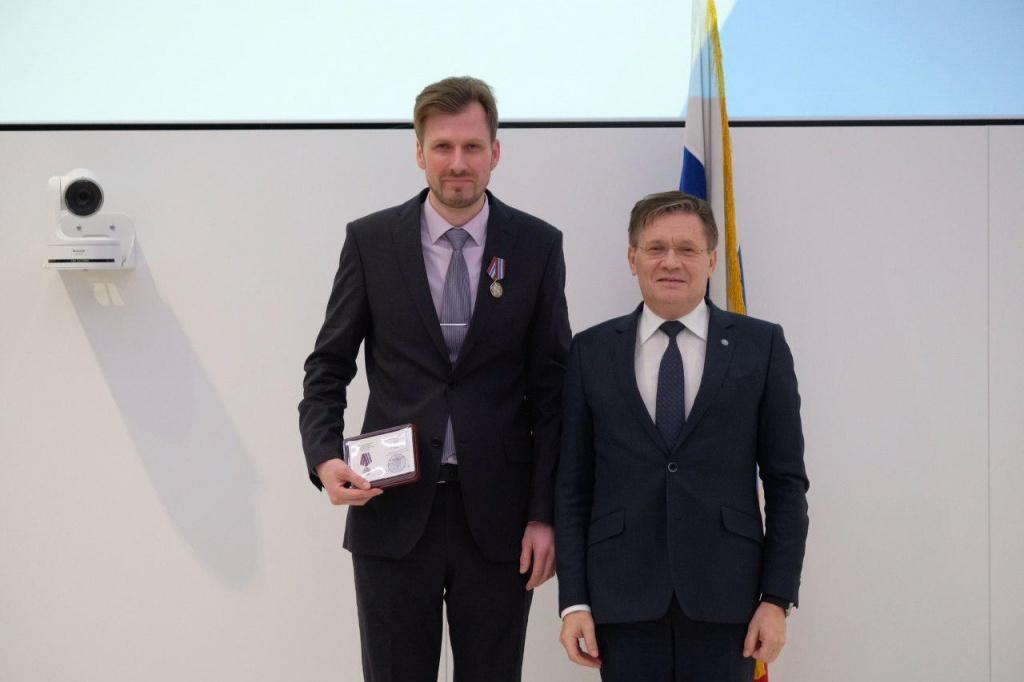 Сотрудник института имени академика Бочвара в Щукине получил нагрудный знак